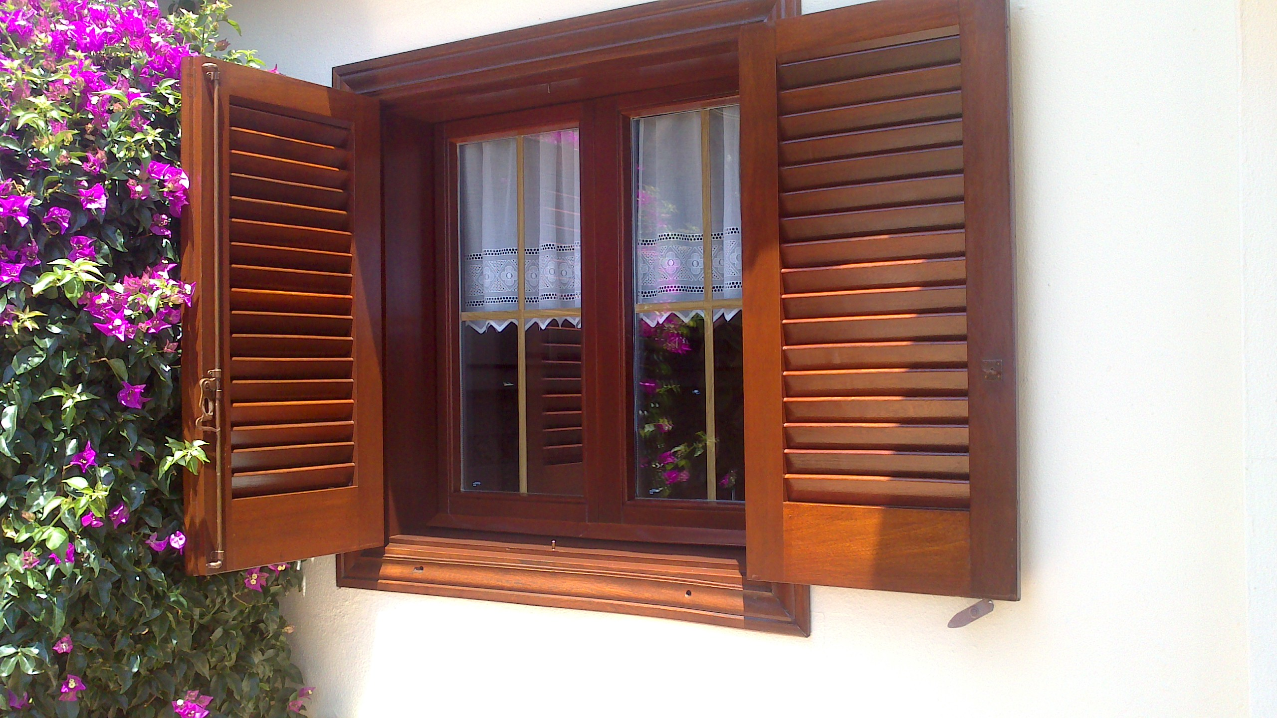 Restauracion carpinteria exterior teka puerta cochera y for Carpinteria de puertas de madera