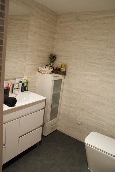 Ba o con paredes forradas de loseta vinilica de 5mm for Loseta vinilica adhesiva pared